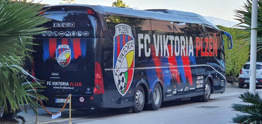 Autobús del FC Viktoria Plzen en el hotel Elba de Estepona.