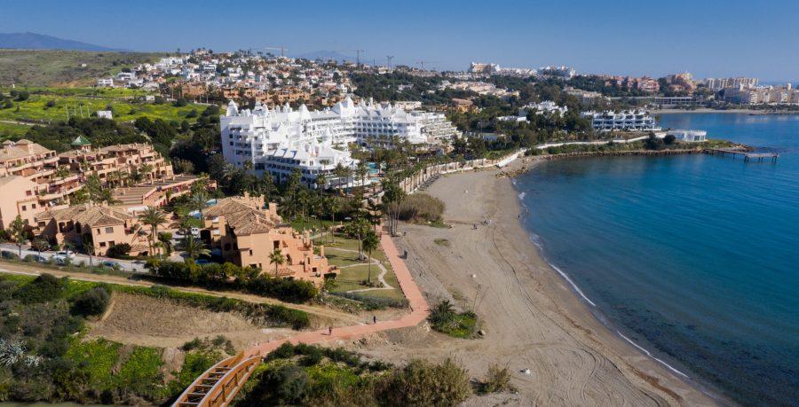 Nueva senda litoral frente a la urbanización Riviera Andaluza.