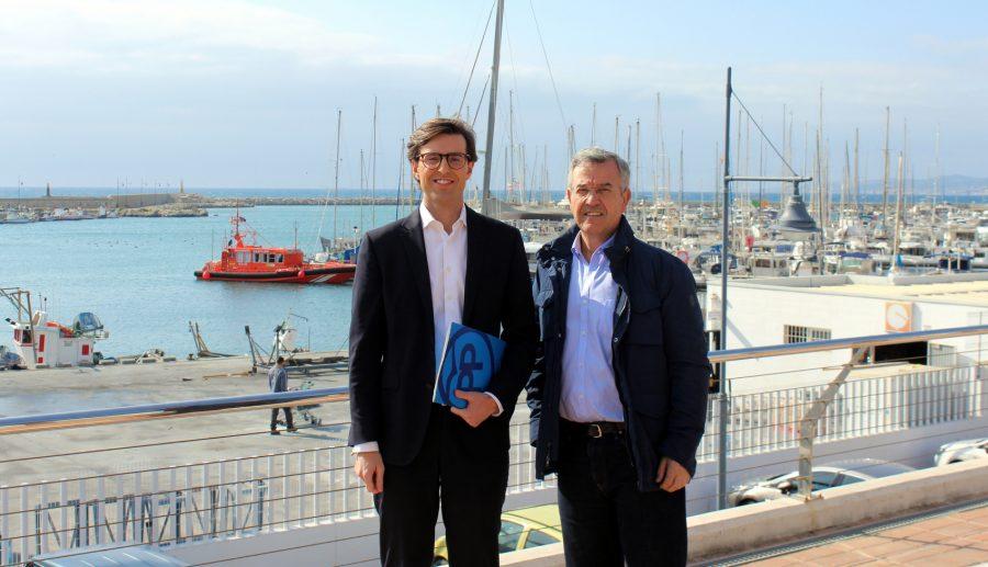 El diputado Pablo Montesinos, junto al alcalde de Estepona, José María García Urbano.