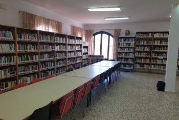 Manilva remodela su biblioteca y la abre al público
