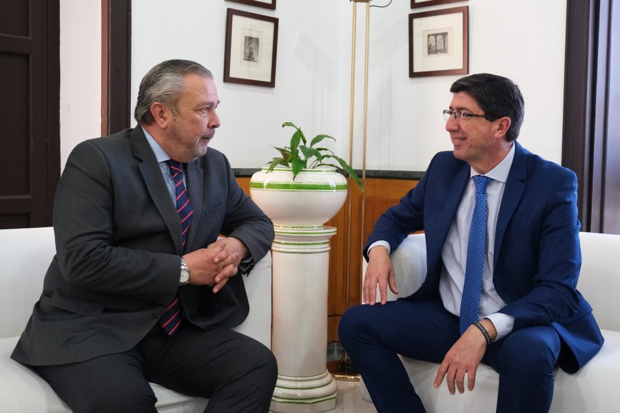 A la derecha, el vicepresidente de la Junta y consejero de Turismo y Justicia, Juan Marín.