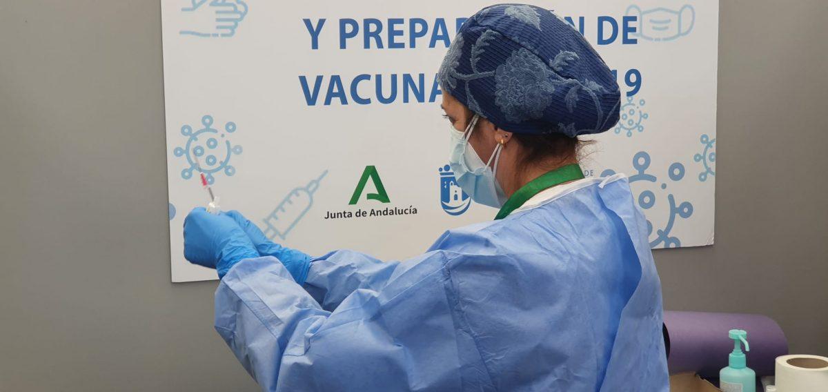Una enfermera prepara la dosis de la vacuna contra el Covid-19 para su administración / Imagen de archivo. D. MACÍAS