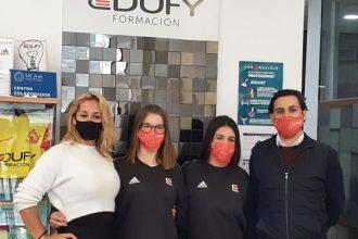 Lucía Marrero y Alejandra Galán junto a su entrenadora y al director de Edufy. / D. MACÍAS