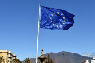Bandera en la rotonda de Europa, en Estepona.