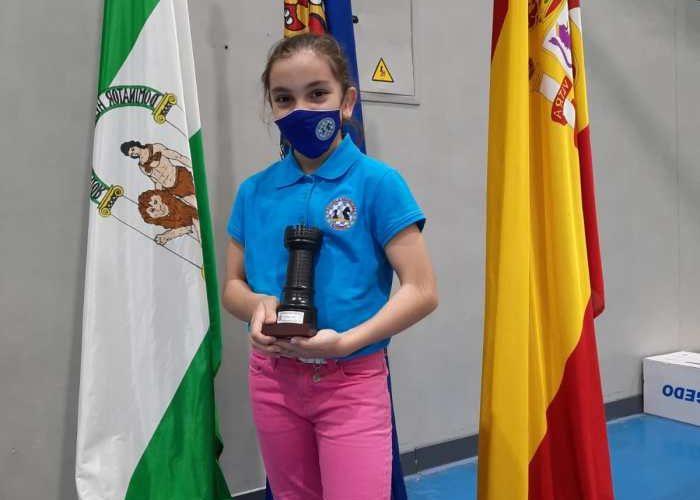 Marta Camacho Valadez, con su trofeo.