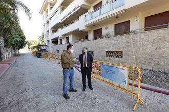 Visita del teniente alcalde de San Pedro Alcántara a las obras de la avenida Los Ángeles.