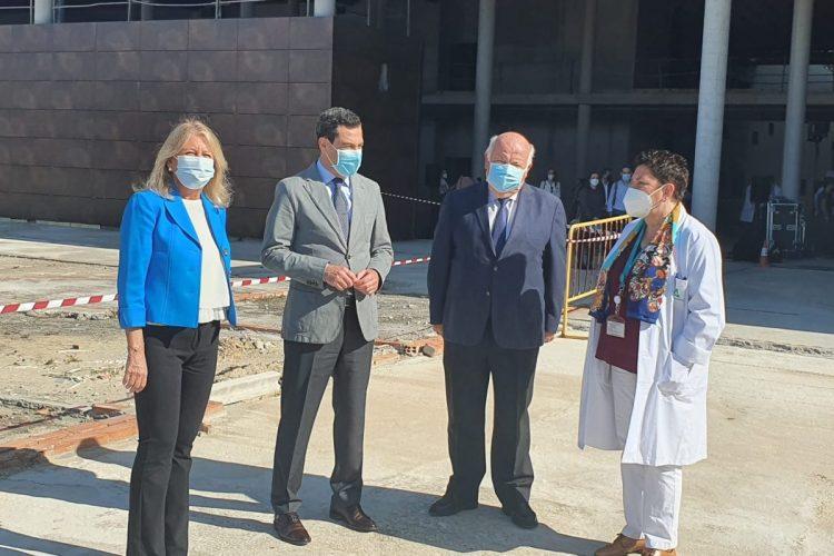 Juanma Moreno y Jesús Aguirre visitan las obras de la ampliación del hospital Costa del Sol con la alcaldesa y la director de la Agencia Sanitaria./ D. MACÍAS