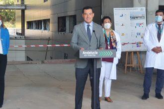 Juanma Moreno en el Hospital Costa del Sol de Marbella./ D. MACÍAS