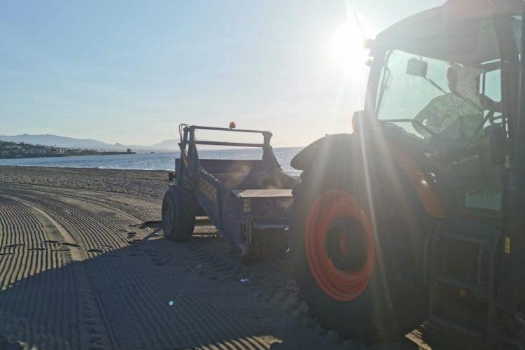 Limpieza de playas en Manilva.