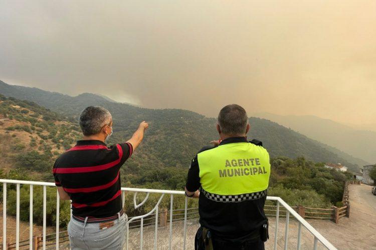 El alcalde y un municipal de Genalguacil nos muestran el fuego en el municipio. / D.MACÍAS