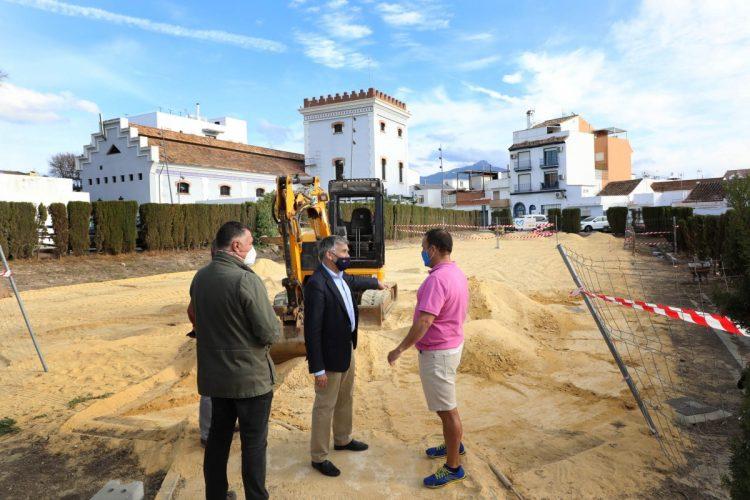 Obras de la nueva pista multideportiva en el barrio de El Ingenio en San Pedro Alcántara.